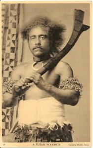 « A Fijian Warrior ». 21 - Caine's Studio, Suva. 14 x 8,8 cm. Ce guerrier nous menace de son casse-tête sali. Il porte des brassards composés de tresses de crin de cheval dans lesquelles sont incorporées de petites perles, un collier batinivwaka en dent de cochon autour du cou. Au fond, à gauche, un large tapa.