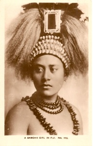 « A Samoan Girl in Fiji. N0. 159. Guaranted Real Photo and British Manufacture ». 14 x 8,8 cm. L'auteur de cette photographie est probablement F. W Caine qui possédait un studio à Suva, aux Fidji, comme semble l'attester ce même cliché présent sur une autre carte postale avec la mention : « A Samoan Tupau, or Tribal Virgin. Courtesy of Caine ».