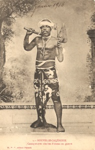 « 3. – Nouvelle-Calédonie. Canaque avec son bec d'oiseau en guerre. W. H. C. [William Henry Caporn] éditeur. Nouméa. ». Annotée : « Janvier 1916 ». 9 x 14 cm.
