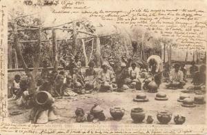 « Archipel Fidji. – Femmes indigènes fabriquant des marmites et des gargoulettes. La cuisson de ces vases s'opère par la combustion de la case de bambous dans laquelle on les a empilés. » Phototypie A. Bergeret & Cie. – Nancy. Datée du 25 juin 1902. 9,1 x 13,9 cm. L'art de la poterie aux Fidji remonte au peuplement lapita qui apporta cette tradition il y a environ 3.500 ans. Au premier plan on distingue des pots à eau saqa ni wai, saqa et saqamoli en terre cuite. Ces divers récipients étaient vernissés à l'aide d'une résine de pin makadre afin d'assurer leur étanchéité.