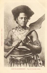 « Nouvelles-Hébrides [Fidji]. – Type de guerrier chrétien ». Phototypie A. Bergeret et Cie. – Nancy. 14 x 9 cm. Ce guerrier des Fidji — et non pas des Nouvelles-Hébrides — est richement revêtu d'une jupe en tapa et de divers ornements, en particulier des brassards composés de tresses de crin de cheval dans lesquelles sont incorporées de petites perles et, autour du cou, un collier batinivwaka en dent de cochon. Il tient des deux mains un rare casse-tête culacula de prêtre ou de chef destiné à se protéger des flèches.