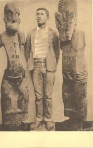 « Idoles Canaques [Hawaii]. Kanaksche afgoden. Missions des Pères des Sacrés-Cœurs. Missiën der Paters der Heilige Harten. Ern. Thill, Bruxelles. » Cliché signé : « G. Bert… ». 13,1 x 8,6 cm. Le rôle du jeune homme est probablement de servir d'échelle à ces deux sculptures de temple conservées au Bernice P. Bishop Museum, Honolulu, Hawaii (C8486 et C8485. H. : 203,20 et 204,47 cm). Fondée en 1898 par Édouard Nels, ce dernier, pour des raisons de santé confie à son beau-frère Ernest Thill, sa société d'édition de cartes postale qui existe toujours à Bruxelles !