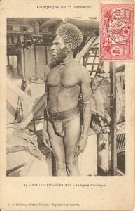"""« Campagne du """"Kersaint"""". 25.- Nouvelles-Hébrides. - Indigène d'Ambrym. Photo par Adrien Richard. G. de Béchade, éditeur, Nouméa. – Reproduction interdite ». 14,2 x 9,1 cm. Cette carte postale témoigne de l'odyssée de l'aviso Kersaint en Nouvelle-Calédonie, aux îles Fidji, à Wallis et aux Nouvelles-Hébrides, où, à partir de 1907, l'équipage réalisa notamment des opérations de maintien de l'ordre."""