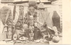 « Maori Weapons and Carvings. S. M. & Co's Series ». 8,7 x 13,8 cm. Edward Tregear, dans son ouvrage The Maori Race (Archibald Dudington Willis, 1904, face à la p. 472) reproduit une photographie similaire à celle-ci où l'on retrouve certains des objets illustrés sur les deux clichés avec la légende suivante : « Maori Carvings in Wanganui Museum ». Il s'agirait donc de photographies illustrant des sculptures appartenant aux collections du Whanganui Regional Museum.