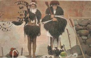 « Marquisian Cannibals. Wearing Dress of Human Hair. F. Homes. Tahiti. ». 8,6 x 13,7 cm. Cette carte postale colorisée a été réalisée à partir d'une photographie dont un exemplaire se trouve dans l'Album Louis Langomazino (Fonds Bouge, Musée des Beaux-Arts, Chartres, p. 38). Les deux personnages sont revêtus de capes titi ouoho, de jupes toke ouoho en cheveux humains qui étaient portés par les hommes de haut rang lors des fêtes ou pendant les combats. Celui de droite porte des bracelets poe i'ima et des ornements de chevilles po'e vae en cheveux humains également et, aux doigts, des plumets de plumes blanches (aigrette ou phaéton), utilisés lors de la danse de l'oiseau haka manu.