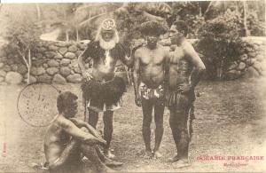 « Océanie Française. Marquisiens. F. Homes. ». Cachet postal du 17 septembre 1908. 8,8 x 13,8 cm. On retrouve le personnage à la barbe blanche portant un disque frontal uhikana sur d'autres clichés de Homes, vers 1895 (Chef marquisien d'Atuona). Il est orné d'un disque frontal uhikana en nacre et écaille de tortue ainsi qu'un titi ouoho recouvrant les épaules et une jupe également en cheveux humains toke ouoho. Le second est coiffé d'une coiffe en plumes. Le personnage de profil, assis, et celui de droite portent des tatouages.
