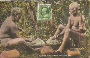 « Native Hawaiians Making Poi. 3593 Made in Germany 193122 ». Cachet de la poste du 20 mars 1911. 8,8 x 13,8 cm. À Hawaii, la préparation quotidienne du poi — purée de racines de tarot bouillies —, était considérée comme une activité sacrée.