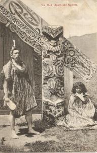 « No. 3845 Aparo [Aporo] and Ngareta. Issued by Muir & Moodie, Dunedin N. Z. from their Copyright Series of Views. ». Cachet postal daté 1909. 8,9 x 13,9 cm. Cette photographie a été prise par Alfred Burton en 1885 ou 1886 à Te Wairoa (près de Rotorua, sur la côte Sud du lac éponyme, dans la région de Bay of Plenty, dans l'île du Nord), un village établi par les missionnaires en 1848 comme village modèle, détruit par l'éruption du mont Tarawera, en 1886. L'homme tient dans sa main droite un casse-tête kotiate paraoa en os de baleine.