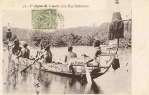 """« 92—Pirogue de Guerre des Îles Solomon. » 8,8 x 13,9 cm. Cette photo figure également sur une carte postale titrée « Une pirogue des îles Salomon », publiée par """"W. H. C. Éditeur, Nouméa"""". À noter le riche décor peint recouvrant cette pirogue représentant des oiseaux frégates."""