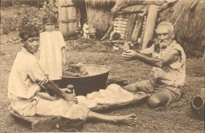 « Préparation du poï – aliment national des Canaques. Poï-maken ! – nationaal voedsel der Kanakken. Missions des Pères des Sacrés-Cœurs - Missiën der Paters der Heilige Harten. Ern. Thill, Bruxelles. ». 8,2 x 13,6 cm. Deux hommes préparent la pulpe des fruits de l'arbre à pain ou des tubercules de taro à l'aide de pilons en pierre ke'a tuki sur une planche hoaka. Préparation qui étaient entourée de tapu. Une main non tatouée ne pouvait préparer le poi poi ou manger dans le même bol que les autres.