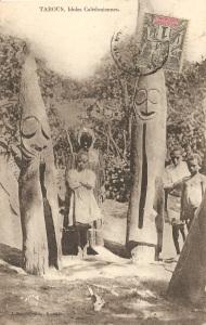 « Tabous, Idoles Calédoniennes [Vanuatu]. J. Raché, édit., Nouméa. ». 13,8 x 8,8 cm. Orchestre de tambours à fente dressés verticalement, style d'Ambrym. Principaux monuments de la place de cérémonie, ces grands tambours appartiennent à des personnages importants et de grandes fêtes sont organisées à l'occasion de leur érection. Utilisés dans la vie quotidienne pour envoyer des messages et lors des cérémonies où ils rythmaient les chants et les danses, leurs sons sont codés en fonction du grade de la personne que l'on appelle ou correspondent à des événements particuliers. La taille des tambours et le nombre de leurs visages sont en relation avec la position dans la hiérarchie des grades de leur commanditaire.