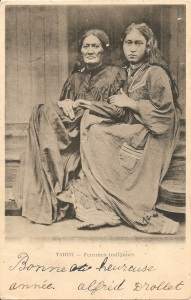 « Tahiti — Femmes indigènes ». Cachet postal du 4 janvier 1908. 14 x 9 cm. Cette carte postale reprend une fameuse photographie de Henry (ou Henri) Lemasson (1870-1956) : « Une grand-mère et sa petite fille à Mataiea, 1897 ». Receveur des postes, Lemasson arrive à Tahiti le 6 juillet 1895 et y reste jusqu'en 1904. Il fait un second séjour à Papeete de 1912 à 1920. Chroniqueur précieux de Tahiti, ses portraits, prises de vue de la ville, des districts et des îles — jusqu'aux Marquises et aux Tuamotu — sont des témoignages précieux.