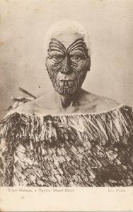 « Tuari Netana, a Typical Maori Chief. Iles [Arthur James], Photo ». 14 x 8,8 cm. Tuari Netana était un chef de la tribu Ngati Maru. Les tatouages semblent avoir étaient teints pour les besoins de la photo, probablement pour mettre en évidence le tatouage original.