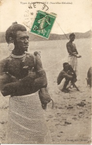 « Types de Santa Cruz (Nouvelles-Hébrides). J. Raché, édit., Nouméa ». 13,9 x 8,9 cm. Santa Cruz est une des îles constituant l'archipel des Salomon alors que les Nouvelles-Hébrides, aujourd'hui Vanuatu, se trouvent au sud des Salomon... L'indigène représenté ici se caractérise par un large ornement d'oreille.