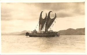 « Un lakatoi. A. & K. Gibson. Port Moresby. Papua. » 13,9 x 8,8 cm. Les Motu sont fameux pour leur expédition commerciale annuelle élaborée hiri (échange) à bord de ces grands canoës à plusieurs coques permettant une meilleure stabilité.