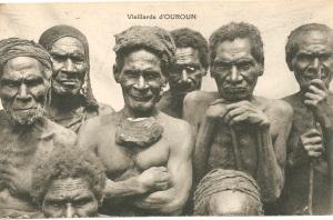 « Vieillards d'Ouroun. Missionnaires du Sacré-Cœur d'Issoudun. Papouasie – Nouvelle-Guinée (Océanie). » 8,8 x 13,8 cm.