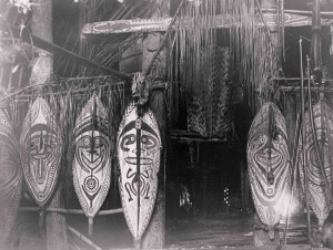« Interior of (elavo) longhouse, Orokolo village, Elema people, Papuan Gulf, Papua New Guinea ». Photographie par A.B.Lewis mai 1912. © The Field Museum, Chicago.