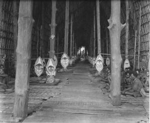 « Interior of Kau ravi at Kaimari village, Gulf Province [détail] ». Photo par Frank Hurley, 1921-1923. © Australian Museum Trust.