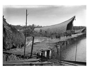 « Kau longhouse at high tide, Kaimare village, Gulf Province, Papua New Guinea. Octobre 1922 ». Photographie par FrankHurley. © Australian Museum Trust, V4854.