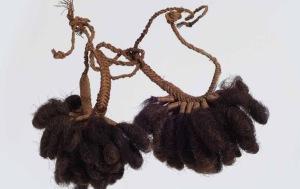 Bracelets en cheveux humains, îles Marquises. Collectés par l'océaniste Pierre-Adolphe Lesson, vers 1840-1844. © Rochefort, musée d'Art et d'Histoire.