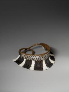 Parure de tête paè kea, paè kaha, Nuku Hiva, îles Marquises, première moitié du XIXe siècle. Écaille de tortue, coquille de bénitier tridacne, fibres de bourre de coco tressées. Dim. : 19,5 x 24,7 x 21 cm. Porté par les jeunes gens, il était disposé sur la tête de façon à ce que les plaquettes reposent sur le front. Collecté par le capitaine J.-B.-A. Collet, commandant supérieur du groupe nord des îles Marquises, entre 1842 et 1844. Ce diadème figure sous le n° 1551 de l'inventaire Louis-Philippe. © Musée du quai Branly, Inv. n° : 72.84.230. Photo : P. Gries, V. Torre.