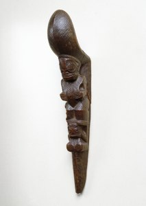 Étrier d'échasse tapuvae, îles Marquises, fin du XVIIIe siècle. Bois. H. : 38,1 cm. © Brooklyn Museum, Gift of Arturo and Paul Peralta-Ramos, Inv. 56.6.106. Photo : Creative Commons-By Image.