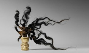 Ornement ivi poo, îles marquises, XIXe siècle. Os et cheveux humains et fibres de bourre de coco tressées. Dim. : 3,5 × 2,3 × 2 cm. © Musée de Tahiti et des Îles – Te Fare Manaha, Punaauia, Tahiti. Photo : Danee Hazama.