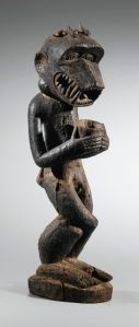 Porteur de coupe aux jambes entrelacées en spirale, Baule, Côte d'Ivoire. Bois et matières sacrificielles. H. : 63 cm. Ex-coll. Robert Duperrier ; Samir Borro. © Africarium Collection.