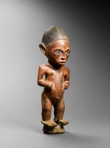 Statuette féminine, Tsogho, Gabon. Bois, pigment rouge, étain, fer et perles gris-bleu. H. : 41 cm. © Coll. privée.