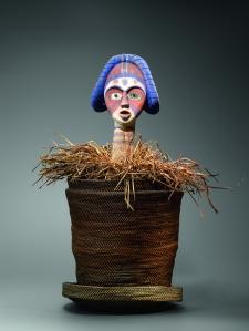 Figure de reliquaire dans un panier. Bois, verre, fibres, kaolin, pigments et bleu Guimet. H. : 48 cm. Collectée après Mambi (lagune de Mayumba), vers 1970. Coll. privée. © H. Dubois.