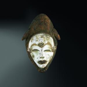 Masque mukuyi-mukuji. Bois, kaolin et pigments. H. : 31 cm. Ex-coll. Helena Rubinstein, 1966 ; David Lloyd Kreeger, Kreeger Museum, Washington, D.C. © Kreeger Museum.