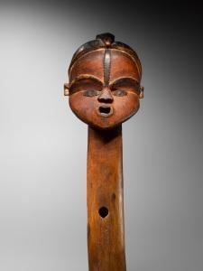 Mbumba a long cou (détail), Tsogho, Gabon. XIXe siècle. Bois, cuivre et traces de padouk. H. : 40 cm. Ex-coll. de l'Abbé André Raponda-Walker. © Coll. privée.