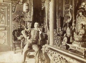 Dornac (Paul Marsan, dit) (1858-1941), Pierre Loti dans sa maison de Rochefort, le 11 mars 1892. Épreuve sur papier albuminé. Dim. : 12,5 x 17,5 cm. Cette photographie provient de la série « Nos contemporains chez eux ».