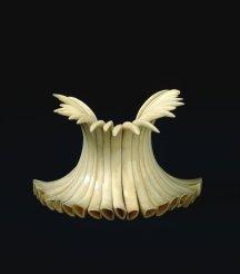Bracelet (kupe'e ho'okalalakala) constitué de vingt-trois défenses de sanglier enfilées sur une double bande de fibre d'olona tressée. Fin XIXe-début XVIIIe siècle. H. : 10 cm. Ces bracelets étaient portés par les danseurs hula. Les défenses évoquent la puissance masculine de l'animal. Acquis vers 1780-1800. © Trustees of the British Museum, Londres. Inv. Oc,HAW.157.