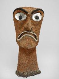 Tête emplumée (ki'i hulu manu), Hawaii, fin du XVIIIe siècle. Bois, cheveux humains, nacre, dents de chien, plumes d'oiseau et vannerie. H. : 81 cm. © Londres, Trustees of the British Museum. Inv. Oc,HAW.80.