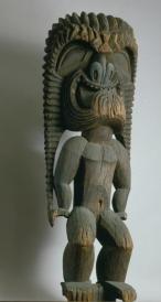 Grande idole (ki'i) de temple représentant le dieu Kū (Kūkā'ilimoku), Hawaii. Style de kona. Bois d'arbre à pain 'ulu (Artocarpus altilis). © Achat par Charles Reed Bishop, mars 1895 ; Bernice Pauahi Bishop Museum, Honolulu. Inv. 7654.