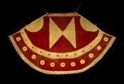 Manteau ('ahu'ula), Hawaii, XVIIIe siècle (avant 1778 ?). Fibres d'olona et plumes d''i'iwi, d''o'o et de mamo. Dim. : 168 x 294 cm. Aurait appartenu à Tamehamaha II ; ex-coll. du capitaine Charles Clerke qui lui aurait été présentée par le chef de Maui, Kahekili, en 1778 et collection du roi Edward VII, en 1903. © Trustees of the British Museum, Londres. Inv. Oc,HAW.133Oc.