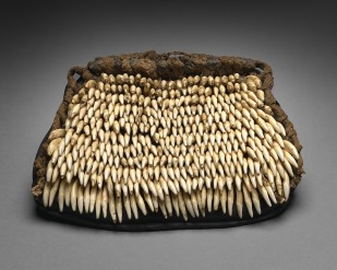 Ornement de jambe, Hawaii, XVIIIe-XIXe siècle. Fibres végétales et dents de chien. Dim. : 22 x 28 cm. © Museum Fünf Kontinente, München. Inv. 241. Photo : Marietta Weidner.