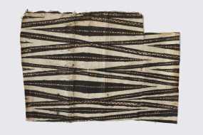 Tapa, Hawaii, XVIIIe siècle. Fibres (Broussonetia papyrifera). Dim. : 78 x 55 cm. Collecté lors du troisième voyage de Cook (1776-1780). Ex-coll. John Webber. © Bernisches Historisches Museum Bern. Inv. 1791.531.111. Photo : Yvonne Hurni.