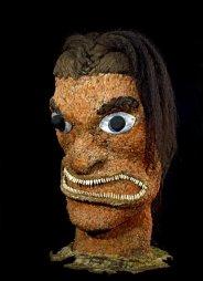 Tête emplumée (ki'i hulu manu), Hawaii, fin du XVIIIe siècle. Probablement collectée lors du troisième voyage de Cook. Bois, cheveux humains, nacre, dents de chien, plumes d'oiseau, graines et vannerie. H. : 62 cm. © Londres, Trustees of the British Museum. Inv. Oc,HAW.78.