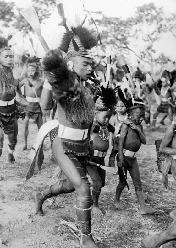 Hommes et garçons dansant