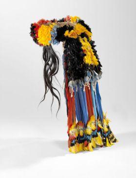 Coiffe couvre-nuque myhara, Rikbaktsa, État du Mato Grosso, Brésil. De nombreuses coiffes mêlent aussi cheveux, plumes et fibres végétales, comme cet exemplaire (1960-1972) en provenance du Brésil. Plumes, coton, fibres végétales et cheveux. H. : 51 cm. Ex-coll. Roberta Rivin-Schuldenfrei. © Musée du quai Branly-Jacques Chirac. Inv. 70.2010.1.14. Photo Claude Germain.