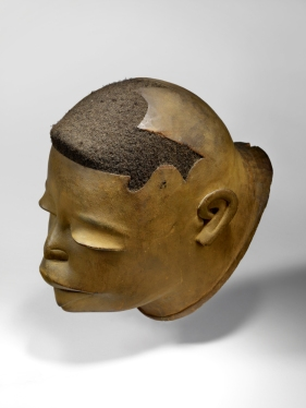 Masque casque lipico, Makonde, Tanzanie, Afrique orientale. XXe siècle. Bois et cheveux. Dim. : 23,5 x 18,5 x 28,5 cm. Don Alain de Monbrison. © Musée du quai Branly-Jacques Chirac. Inv. 73.1994.10.1. Photo Claude Germain.