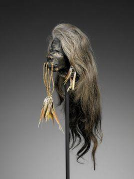 Tête réduite, Shuar, Jivaro, Équateur. Restes humains, plumes et fibres végétales. H. : 51 cm. © Musée du quai Branly-Jacques Chirac. Inv. 71.1886.101.1. Photo Patrick Gries.