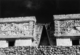 Josef Albers (1888-1976), « Governor's Palace, Uxmal », 1952. Photographie argentique sur gélatine. Photo : 11,6 x 17 cm); feuille : 12,7 x 18,1 cm. © Solomon R. Guggenheim Museum, New York, Gift, The Josef and Anni Albers Foundation, 1996/Artists Rights Society (ARS), New York. Inv. 96.4502.39.