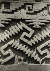 Josef Albers (1888-1976), « Detail of Stonework, Mitla », vers 1937. Photographie argentique sur gélatine. Dim. : 24,7 x 17,7 cm. © The Josef and Anni Albers Foundation/Artists Rights Society (ARS), New York.