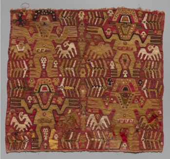 Tissu orné de figures humaines et d'oiseaux, Chimú, Pérou, 1000-1476 ap. J.-C. Coton. Dim. : 63,5 x 58,4 cm. © Yale Peabody Museum of Natural History. Inv. YPMANT.232177.