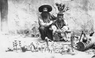 Le père Camille Laagel (1880-1956) aux côtés d'un « féticheur », Angola, premier tiers du XXe siècle. © Archives de la Congrégation du Saint-Esprit.