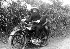 Le père François-Marie Pichon (1898-1966) en moto, Cameroun, vers 1930. © Archives de la Congrégation du Saint-Esprit.