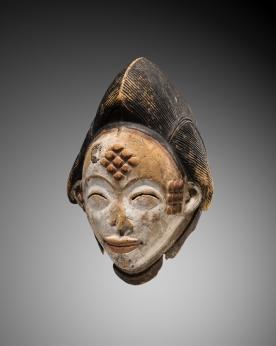 Masque de danse okuyi, Punu, Gabon, XIXe siècle. Bois et pigments. H. : 34 cm. © Coll. Congrégation du Saint-Esprit. Photo : Vincent Girier-Dufournier.